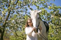 Portrait en gros plan d'adolescente et de cheval Image stock