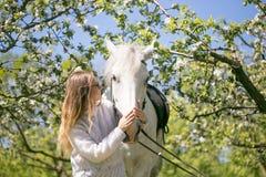 Portrait en gros plan d'adolescente et de cheval Image libre de droits