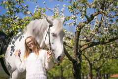 Portrait en gros plan d'adolescente et de cheval Photo stock