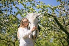 Portrait en gros plan d'adolescente et de cheval Photographie stock libre de droits