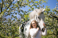 Portrait en gros plan d'adolescente et de cheval Images stock