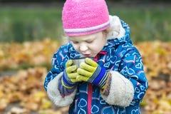 Portrait en gros plan d'automne de petite fille buvant la boisson chaude de la tasse inoxydable de flacon de thermos Photos stock