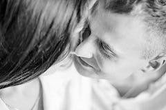 Portrait en gros plan d'un couple dans l'amour qui regarde l'un l'autre avec la tendresse et amour Rebecca 36 photos libres de droits