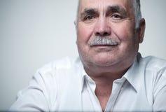 Portrait en gros plan d'un homme supérieur caucasien avec la moustache Photographie stock