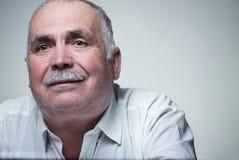 Portrait en gros plan d'un homme supérieur caucasien avec la moustache Images libres de droits