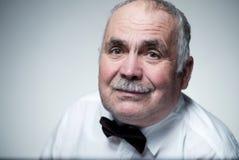 Portrait en gros plan d'un homme supérieur caucasien avec la moustache Photos libres de droits