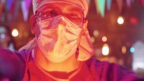 Portrait en gros plan d'un jeune homme habillé dans le costume d'un docteur fou de tueur clips vidéos