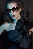 Portrait en gros plan d'un modèle femelle renversant dedans Images libres de droits