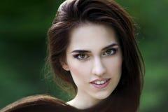 Portrait en gros plan d'une belle femme caucasienne de sourire heureuse avec la peau propre, les longs cheveux et le maquillage o photos stock