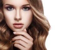 Portrait en gros plan d'une belle fille avec les cheveux bouclés Photo libre de droits