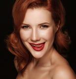 Portrait en gros plan d'une belle fille rousse de sourire photos stock