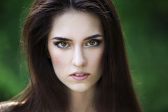 Portrait en gros plan d'une belle jeune femme caucasienne avec la peau propre, les longs cheveux et le maquillage occasionnel photos libres de droits