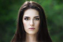 Portrait en gros plan d'une belle jeune femme caucasienne avec la peau propre, les longs cheveux et le maquillage occasionnel photographie stock