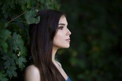 Portrait en gros plan d'une belle jeune femme caucasienne avec la peau propre, les longs cheveux et le maquillage occasionnel photo libre de droits