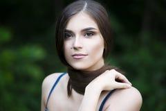 Portrait en gros plan d'une belle jeune femme caucasienne avec la peau propre, les longs cheveux et le maquillage occasionnel photographie stock libre de droits
