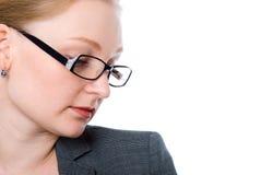 Portrait en gros plan d'une femme songeuse avec le bureau en verre image stock