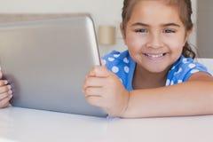 Portrait en gros plan d'une fille à l'aide du comprimé numérique photos libres de droits
