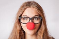 Portrait en gros plan d'une fille 20s heureuse avec le rouge Images libres de droits