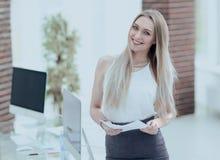 Portrait en gros plan d'une jeune femme élégante d'affaires Image stock