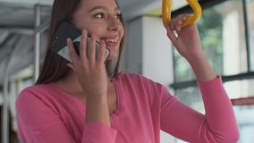 Portrait en gros plan d'une jeune femme ? l'aide du smartphone tout en se tenant dans le tram moderne banque de vidéos
