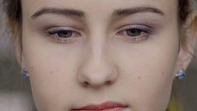 Portrait en gros plan d'une jeune femme qui clignote d'un air fatigué ses yeux clips vidéos