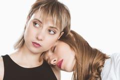 Portrait en gros plan de beaux jeunes couples lesbiens posant ensemble Photographie stock