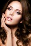 Portrait en gros plan de belle femme avec le maquillage lumineux Images stock