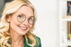 portrait en gros plan de belle femme d'affaires mûre Image stock