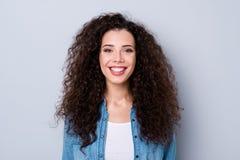 Portrait en gros plan de belle fille aux cheveux ondulés gaie gaie attirante jolie au-dessus de pastel gris photographie stock