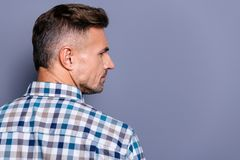 Portrait en gros plan de côté de profil à lui il gentil type barbu expérimenté bien-toiletté attirant utilisant la chemise vérifi images libres de droits