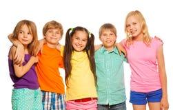 Portrait en gros plan de cinq enfants se tenant ensemble image stock