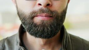 Portrait en gros plan de crème glacée mangeuse d'hommes barbue affamée clips vidéos