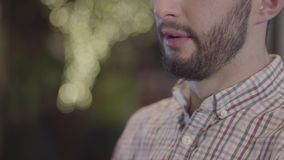 Portrait en gros plan de demi visage de vin potable de type barbu et de narguilé de tabagisme banque de vidéos