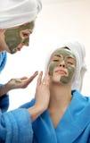 Portrait en gros plan de deux belles femmes de regard avec un masque facial d'argile Images libres de droits