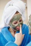 Portrait en gros plan de deux belles femmes de regard avec un masque facial d'argile Image stock