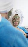 Portrait en gros plan de deux belles femmes de regard avec un masque facial d'argile Photographie stock libre de droits