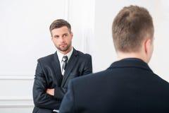 Portrait en gros plan de deux hommes d'affaires beaux Photo libre de droits