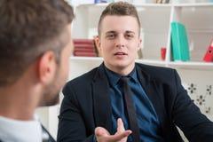 Portrait en gros plan de deux hommes d'affaires beaux dedans Images stock