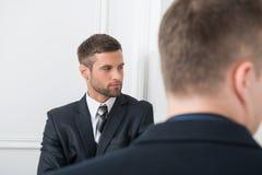 Portrait en gros plan de deux hommes d'affaires beaux dedans Photo libre de droits