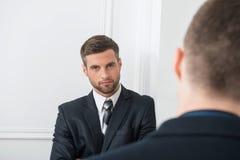 Portrait en gros plan de deux hommes d'affaires beaux dedans Photos stock