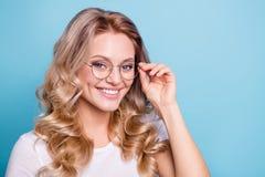 Portrait en gros plan de elle elle gentille belle dame aux cheveux ondulés gaie assez gaie attirante de contenu portant le blanc  photos stock
