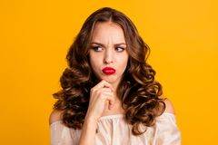 Portrait en gros plan de elle elle gentille belle dame aux cheveux ondulés vilaine sombre grincheuse chic magnifique attirante so photo libre de droits