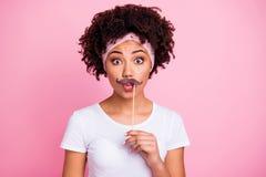 Portrait en gros plan de elle qu'elle beau bâton aux cheveux ondulés stupéfait attrayant mignon avec du charme joli de partici photo stock