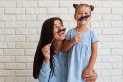 Portrait en gros plan de famille joyeuse et riante Images stock
