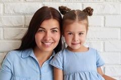 Portrait en gros plan de famille unie de mère et du son DA mignon Images stock