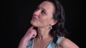 Portrait en gros plan de femme d'une cinquantaine d'années posant avec le sourire flirtant et attrayant dans la caméra sur le f banque de vidéos