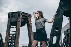 Portrait en gros plan de femme de mode de fille assez à la mode de jeunes Images libres de droits