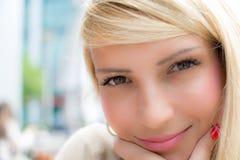 Portrait en gros plan de fille assez sexy avec les cheveux blonds Images stock