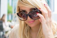 Portrait en gros plan de fille assez sexy avec les cheveux blonds Photo libre de droits