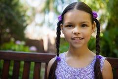Portrait en gros plan de fille de sourire se reposant sur le banc Image libre de droits